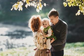 La mère et son père embrassent leur fille