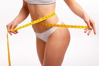 La taille de la femme avec un ruban à mesurer