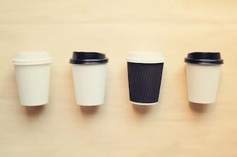 La tasse de café en papier se mêle à la marque d'identité avec un rétro effet de filtre