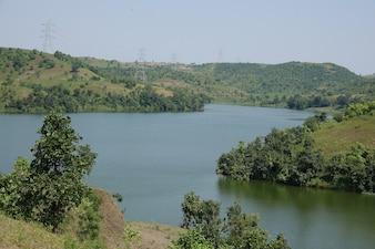 Lac avec des collines des deux côtés
