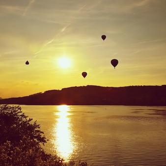 Le ballon à air chaud coloré volera au coucher du soleil. Brno Dam - République tchèque.