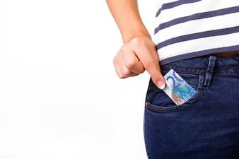 Le bas de la femme avec 20 euros dans la poche