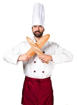 Le jeune boulanger qui fait du pain ne fait aucun geste