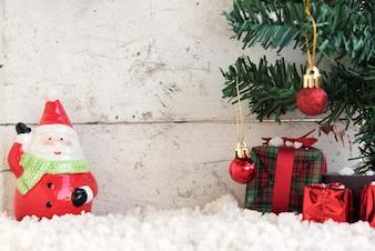 Le père noël sur la neige avec un arbre de Noël en arrière-plan vintage