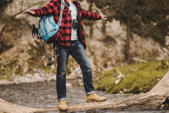Le randonneur maintient l'équilibre dans la rivière