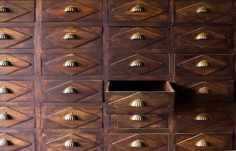 Le vieux tiroir en bois avec poignée métallique