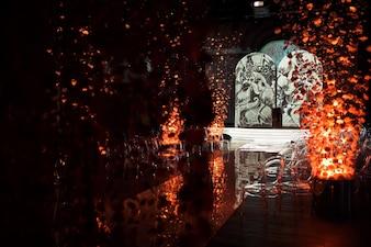 Les décorations faites de chrysanthèmes sur les fils se dressent sur le chemin du regard dans le hall sombre