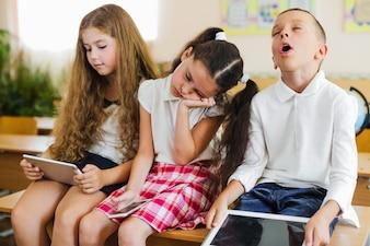 Les écoliers qui dorment sur des gadgets de table