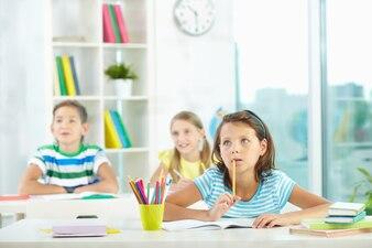 Les élèves qui songent la réponse