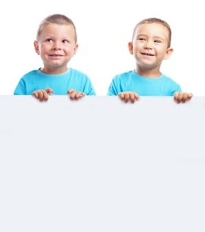 Les enfants tenant une bannière blanche