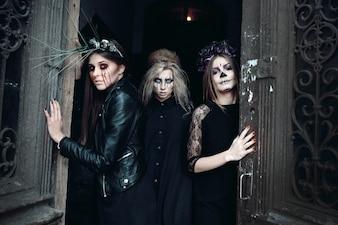 Les femmes dans les costumes d'Halloween