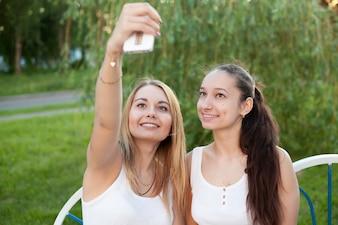 Les filles prennent un selfie
