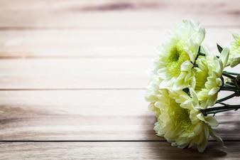 Les fleurs blanches sur une tablette en bois