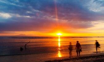 Les gens regardent le coucher de soleil sur Bali