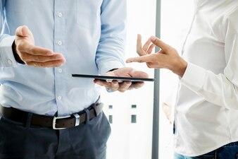 Les hommes d'affaires réussis ont appris après de bonnes affaires. Poignée de main commerciale et gens d'affaires. Tonalité de rétroaction Effet de filtre rétro, focus doux, lumière lente.