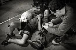 les hommes sans-abri avec un chien