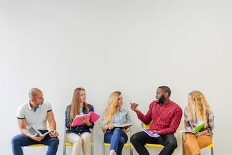 Les jeunes en cours de communication