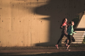 Les jeunes femmes qui font du sport au coucher du soleil