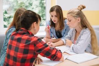 Les jeunes filles collaborent à des études