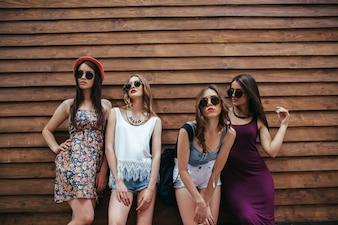 Les jeunes filles posant