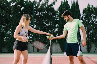 Les joueurs de tennis au filet