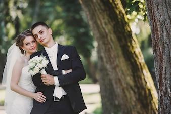 Les nouveaux mariés avec un bouquet