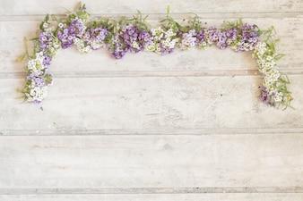 Les planches de bois avec des fleurs décoratives