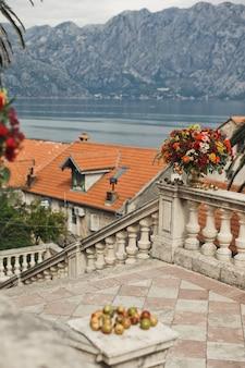 Les pommes reposent sur le pilier en pierre avec une vue magnifique sur les montagnes derrière