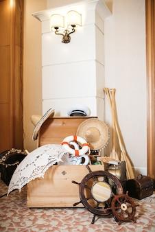Les roues en bois d'un navire se trouvent sur le sol devant une coque en bois