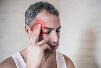Les soins de santé, la douleur, le stress, l'âge et le concept de personne - une personne qui souffre de mal de tête à la maison. Tête touchante de l'homme. Émotion humaine négative sensation d'expression faciale
