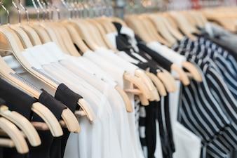 Les vêtements s'accumulent