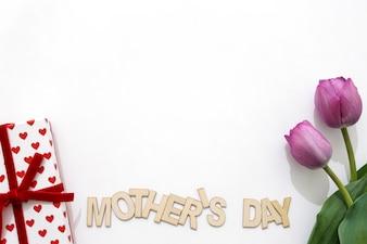 Lettrage créatif de la fête des mères avec boîte cadeau et deux roses