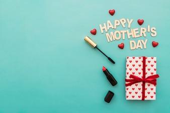 """Lettre de """"jour de mère heureux"""" avec rouge à lèvres et mascara"""