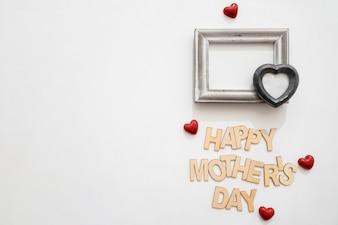 Lettre heureux de la fête des mères avec coeur noir sur le cadre