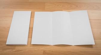 Lettre vierge à côté d'une enveloppe