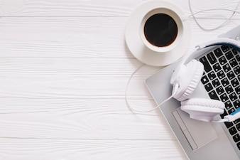 Lieu de travail avec du café