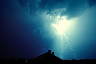Lightning a frappé la maison.