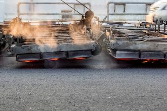 Machine de chauffage serface travaillant sur une route goudronnée