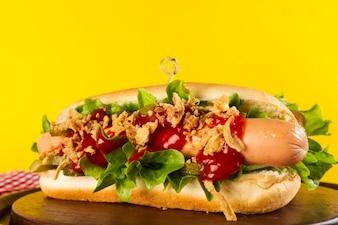 Magnifique hot dog traditionnel classique aux saucisses et ke