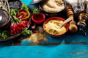 Magnifiques ingrédients appétissants savoureux Épicerie Épicerie pour cuisiner une cuisine saine. Blue Old Wooden Background Vue de dessus.
