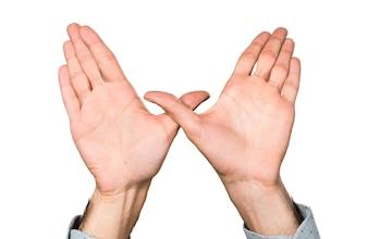 Main d'homme faisant un geste gratuit