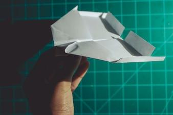 Main, tenue, papier, avion, ingénierie, fond