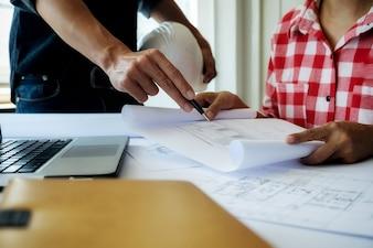 Mains de l'ingénieur travaillant sur le plan directeur, concept de construction. Outils d'ingénierie.