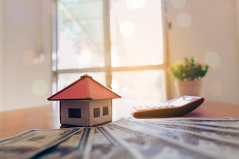 Maison du papier et de l'argent sur fond de bois