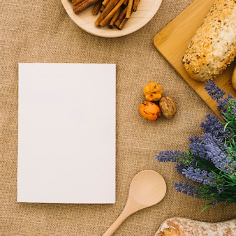 Maquette de livre avec du pain et de la cannelle