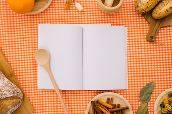Maquette de livre avec une cuillère et un pain en bois