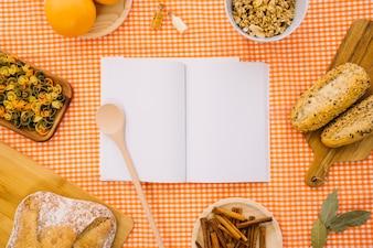 Maquette de livres avec de la nourriture italienne