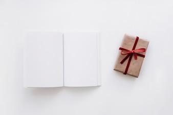 Maquette de livres ouverts avec boîte cadeau