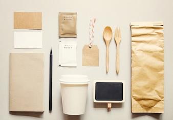 Maquette de marque d'identité de café mise en place avec rétro effet de filtre