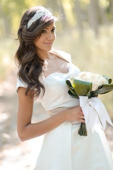 Mariée magnifique tenant un bouquet